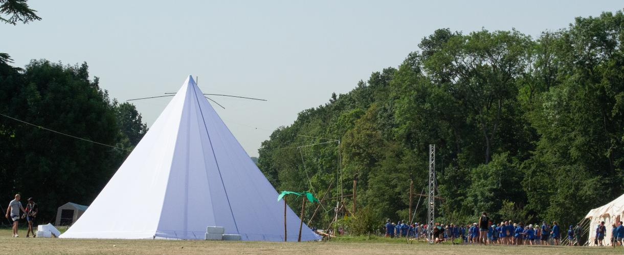 Pyramide en toile drapeau de 10 m de base X 10 m de haut